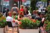 圣彼得堡大街上享受美食的人们